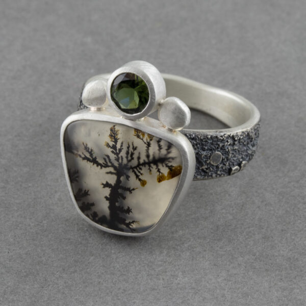 Side view of dendritic agate ring